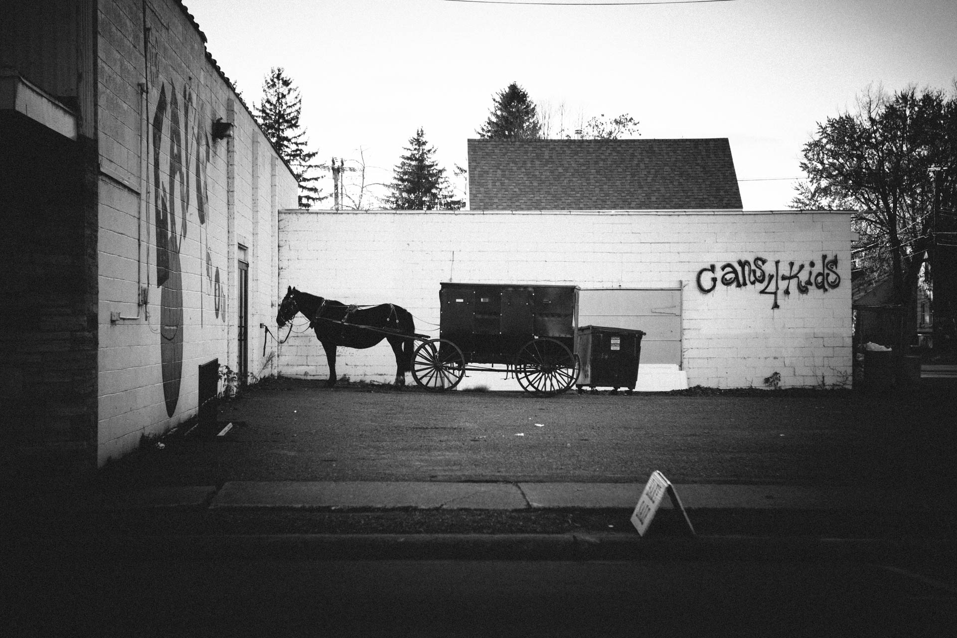 amish-horse-and-buggy-tied-behind-building-cameron-wi-6970