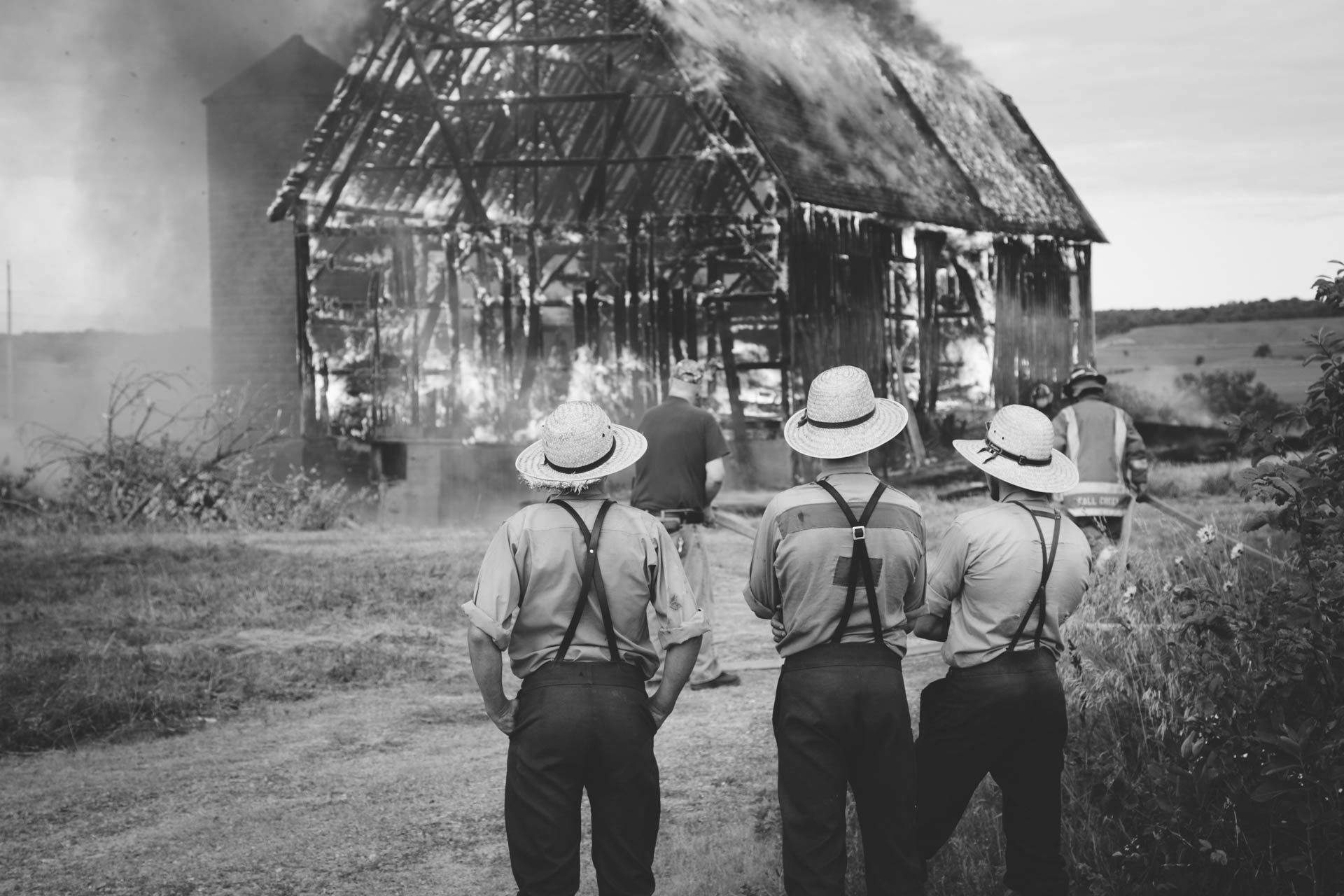 amish-men-watching-barn-burn-fall-creek-wi-6097