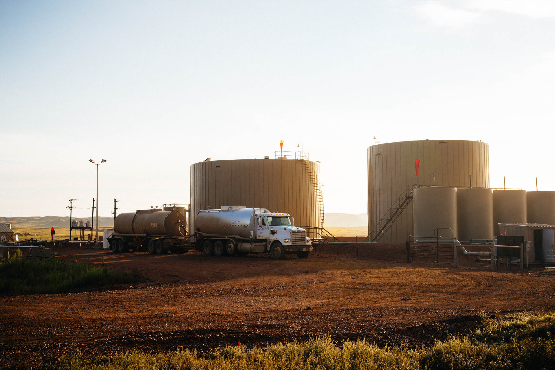 crude-oil-truck-loading-storage-tanks-bakken
