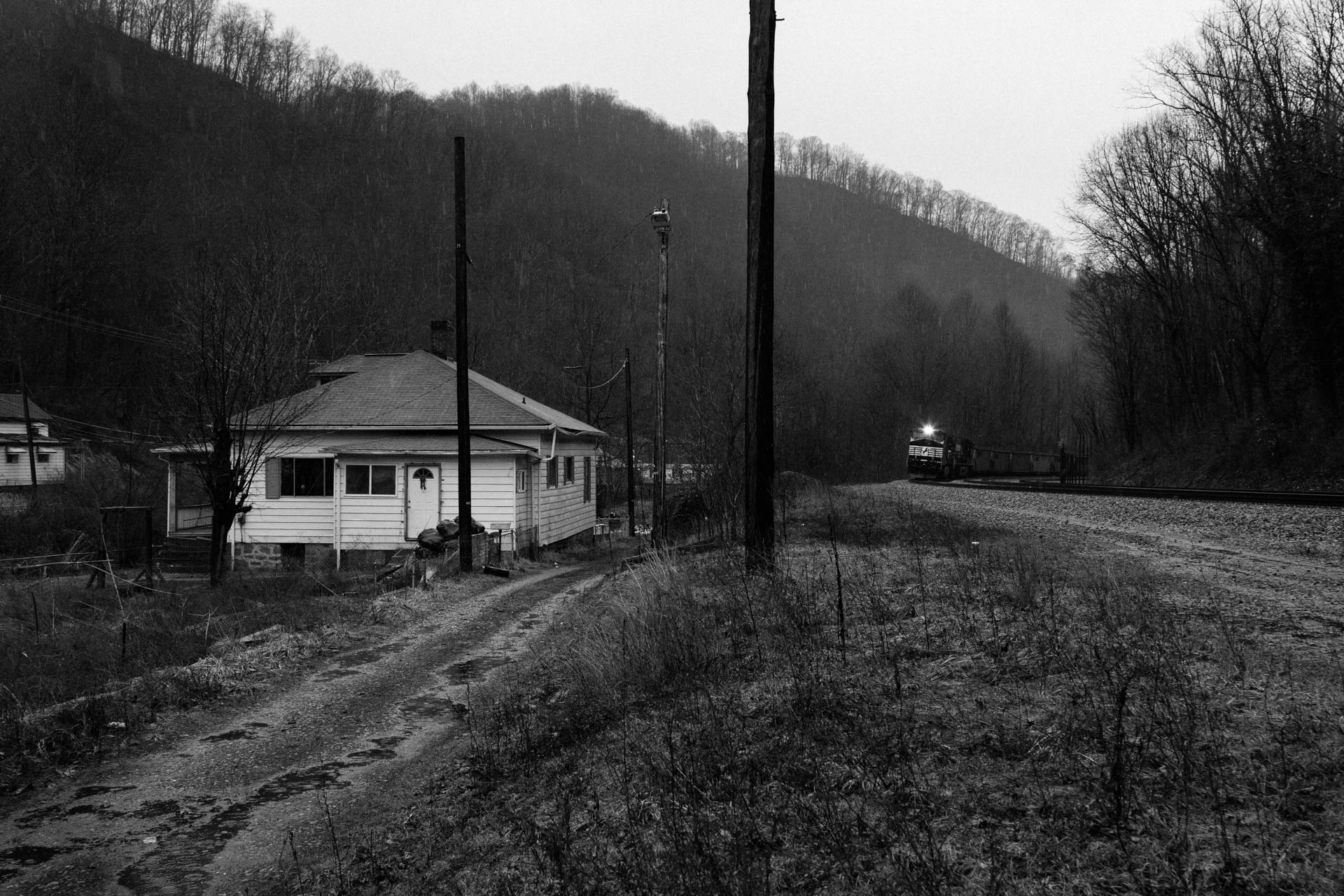 dreary-day-norfolk-southern-railroad-white-house-mountains-powhatan-wv-1520.JPG