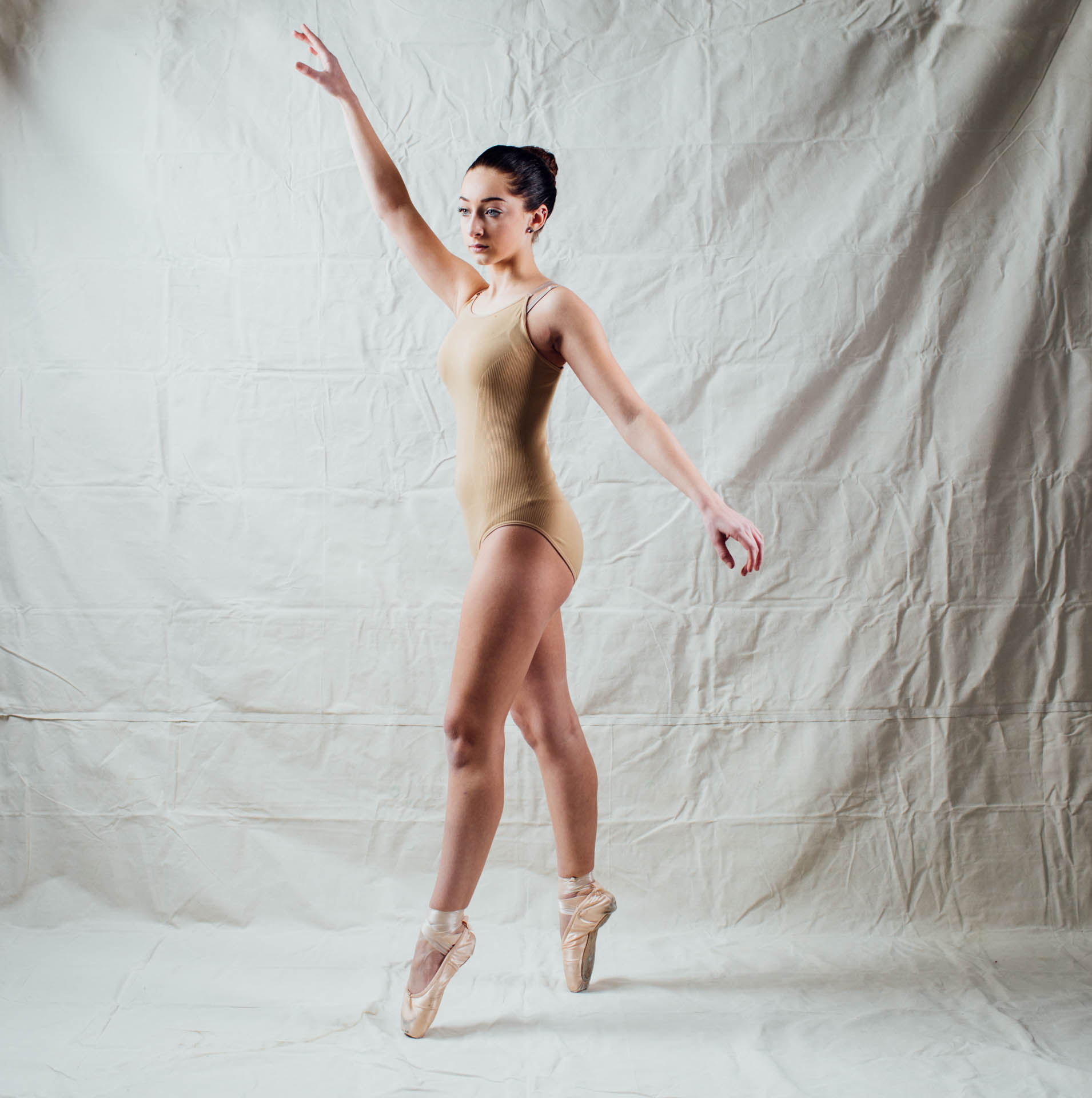 kyliah-ballerina-on-pointe-in-golden-light-9849b
