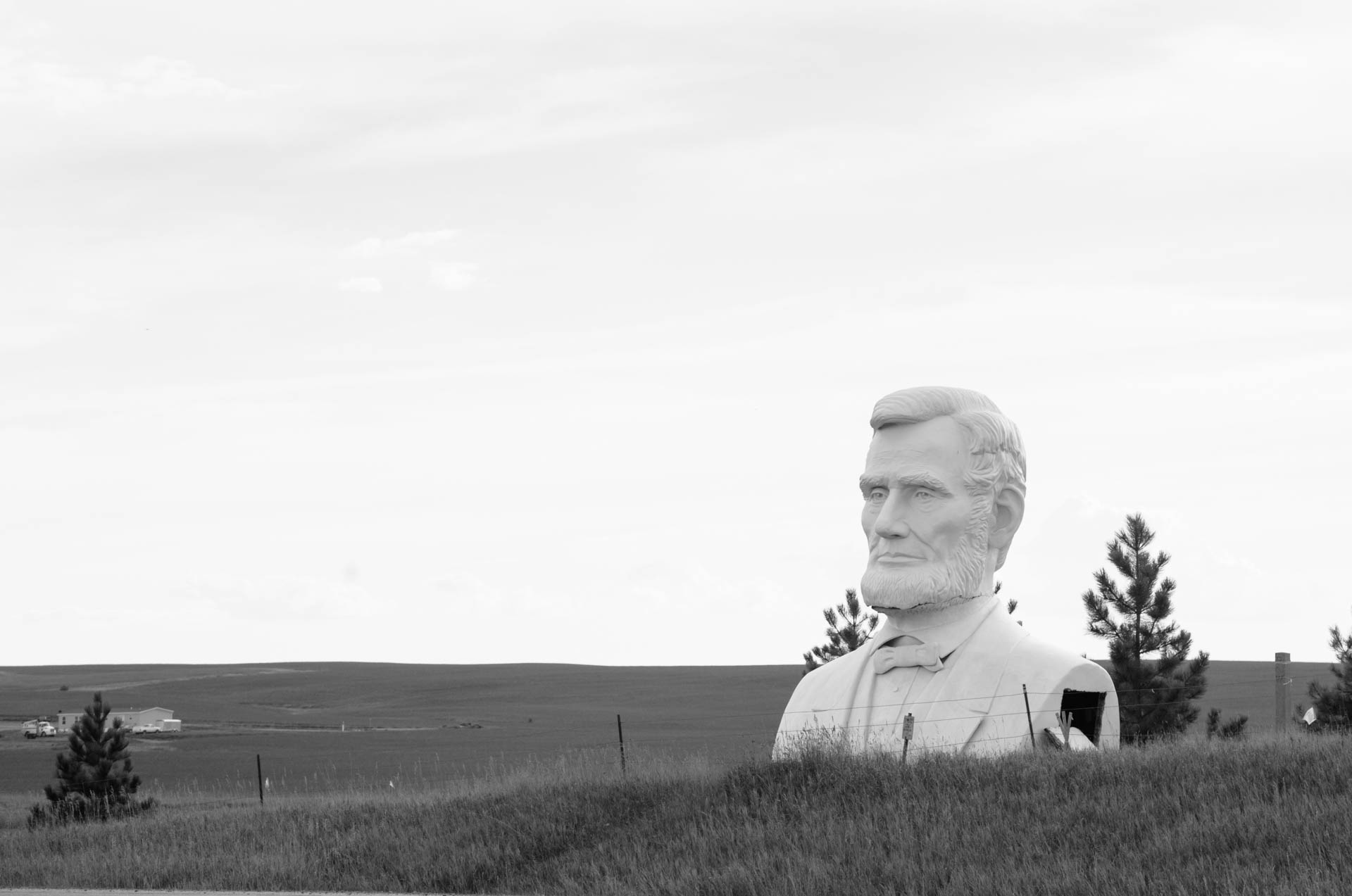 large-lincoln-statue-roadside-in-bakken