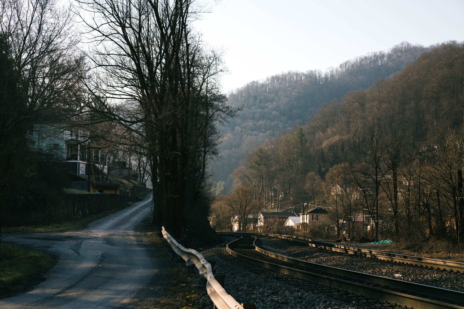 northfork-west-virginia-train-tracks-single-lane-road.JPG