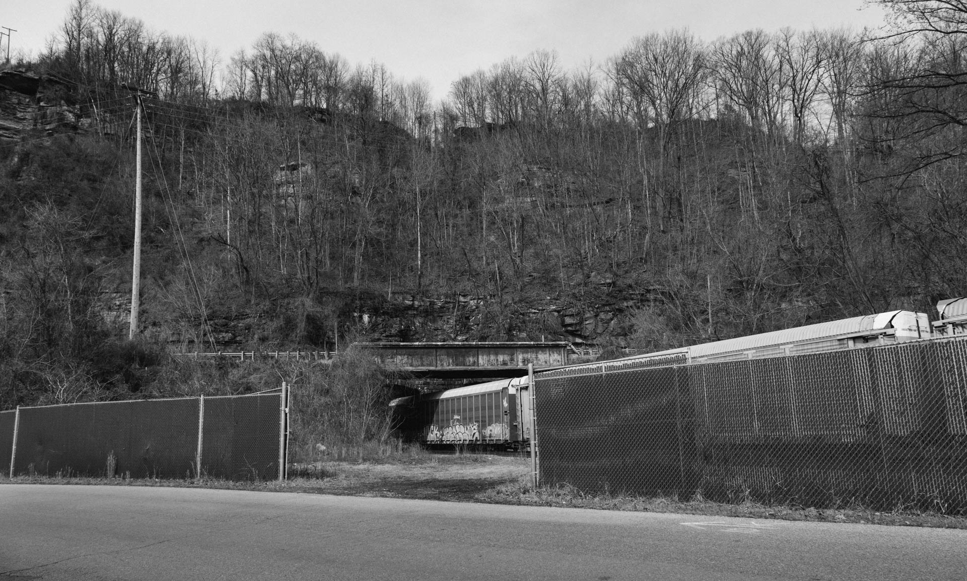 ns-autoracks-fenced-mountain-tunnel-williamson-wv-2022