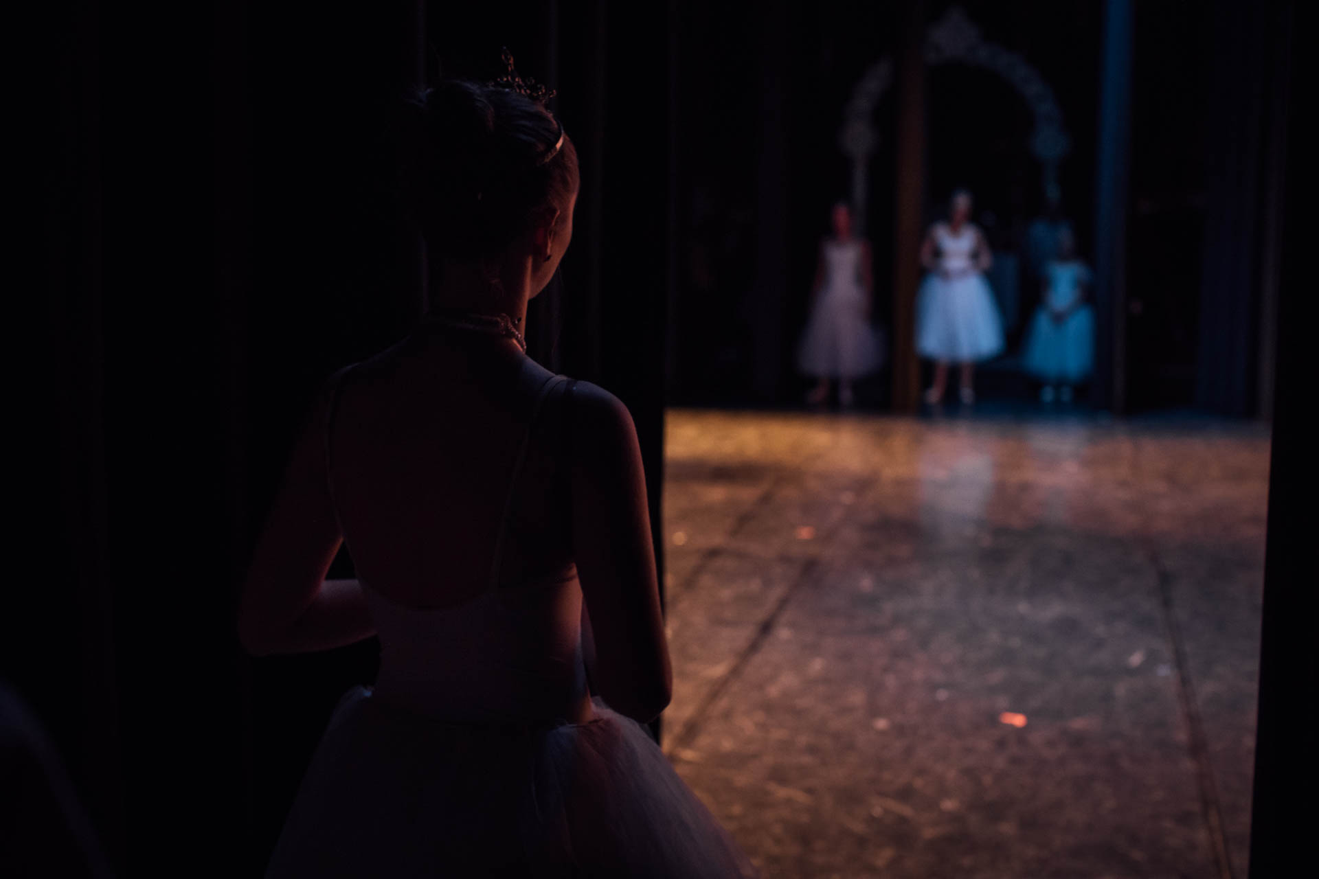 nutcracker-ballerinas-behind-curtain-3420