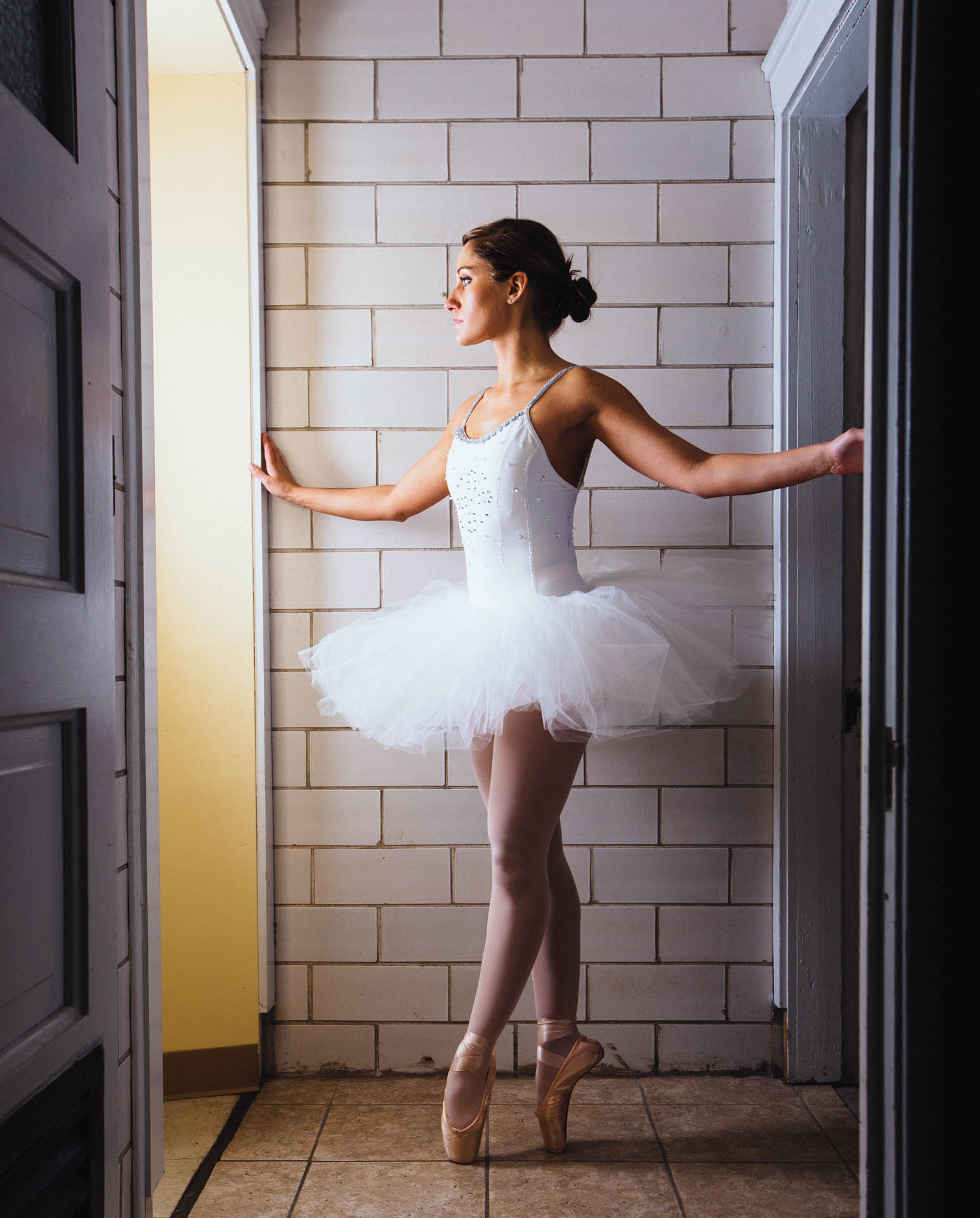 shannon-ballerina-on-pointe-white-tutu-gaze-0679